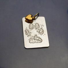 Tass.  Paw.  Tassavtrycksgravyr på silverbricka med hjärta i 18karat guld. Bild, foto och avtrycksgravyr på beställning. www.alskadebarn.se Personalized Jewelry, Enamel, Accessories, Pictures, Personalised Jewellery, Custom Jewelry, Vitreous Enamel, Enamels, Tooth Enamel