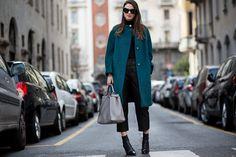 Streetstyle: o fetichismo soft do couro e do vinil na semana masculina de Milão - Vogue | Streetstyle