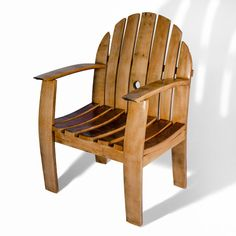 Original sillón realizado a partir de duelas de barrica de roble, con respaldo y reposabrazos, ideal para espacios interiores o de exterior.