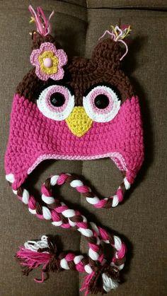 Touca de coruja utilizando a técnica do crochet.