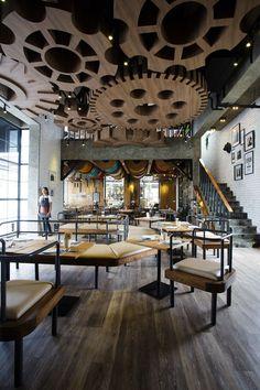 В этой подборке разнообразные решения дизайна потолков - потолки крашеные, деревянные, фактурные, оклееные обоями. Под катом около 50 фотографий. Присоединяйтесь к нашей группе на fb , чтобы не пропускать посты и у нас был стимул размещать там оригинальные посты :-)