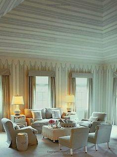 Listras de baixo alinhado móveis e horizontal jogar com suas expectativas de escala neste teto incrivelmente alto e sala de tendas por falso drama queen Mary McDonald.  Calmante paleta de tons que o impede de ser de circo-louco.