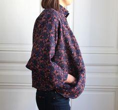 Veste Simone Eventails aux motifs géométriques, pour un style chic et décontracté ! 2 poches avant, 3 boutons en bois, col Mao, réversible - Noir.