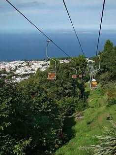 Télésiège du Mont Solaro - Capri. La meilleure façon d'atteindre le sommet du Mont Solaro est de prendre le télésiège qui part de la Piazza Vittoria dans la ville d'Anacapri. Le trajet ne dure que 12 minutes. Durant l'ascension, vous passerez devant des vignobles en terrasses, des jardins potagers, des villas et des cabanes abandonnées.