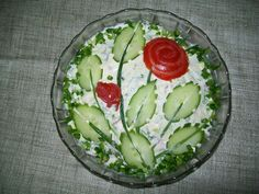 Potato salad decoration of cucumber ovals, halved & nicked, with green onion stems & tomato roses Cute Food, Good Food, Food Garnishes, Garnishing, Vegetable Carving, Edible Arrangements, Cooking Recipes, Healthy Recipes, Snacks Für Party