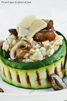 Truffel) risotto met courgette, champignons en Vegusto No Muh 1 pakje truffelrisotto voor 2 personen 1 ui, fijngesnipperd 200 ml witte wijn 600 ml bouillon koolzaadolie met botersmaak (Albert Heijn!) ½ bakje kastanje champignons in dunne plakjes 1 courgette (knoflook)olijfolie peper & (kruiden)zout Vegusto No Mu Pikant: 1/4 cup geraspt + geschaafd,