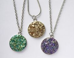 This Dazzlingly Druzy DIY Necklace is the most stylish going-out necklace you can make. Made of glass fragments, this statement piece gives off a metallic and sparkly look that will go perfectly with your little black dress or with some dressy jeans and a nice shirt.