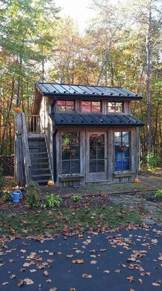 40 The Best Rustic Tiny House Ideas - HOOMDESIGN With the introduction of advanced building systems and ready usage of cranes and other heavy equipment, little cabin homes have become a favorite choice both in the rural and suburban [Continue Read] Shed To Tiny House, Tiny House Cabin, Tiny House Living, Tiny House Plans, Tiny House Design, Cabin Homes, Tiny Homes, My House, Tiny House Office