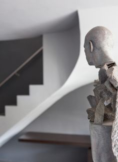 Downsizing doesn't have to mean shedding the lifestyle you love. Francois Swart and Albie Niemandt let their passion for art and entertainment shape their space. Sculpture Art, Sculptures, Arts And Entertainment, Contemporary Artists, Sculpting, Design Art, Bronze, Ladders, Modern Homes