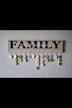 Family Birthday calender Man braucht ein Holzbrett, das mit Farbe bemalen, kleine Hacken, kleine drahtringe und holz- oder pappringe/- Herzen  Nie wieder einen Geburtstag vergessen ;)