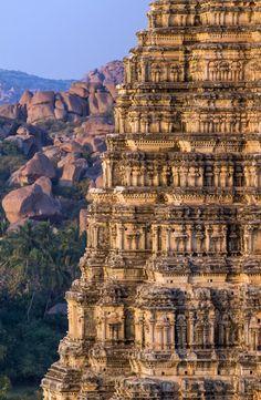 Vijaya Nagara, India | templos Seculares y estatuas rodean Hampi, en India sudoeste, arreglando que es dejado(abandonado) del una vez - la ciudad poderosa...