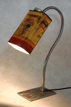 """Lampe détournée """"Vieux bidon SHELL"""" Lampe à poser mettant en valeur un vieux bidon shell destiné aux compacteurs. : Luminaires par poub-art"""
