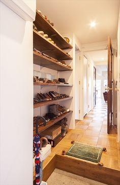 オープンな靴箱 玄関脇の棚はオープンにして靴を収納