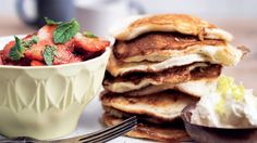 LCHF - Amerikanske pandekager med jordbær-mynte-salat (10 stk) INGREDIENSER  2 æggehvider 100 g hytteost 4 % 2 æg ½ tsk. bagepulver ½ tsk. vaniljepulver ½ tsk. kardemomme 1 nip salt 2 spsk. kokosfibre kokosolie eller smør til stegning   JORDBÆR-MYNTE-SALAT 150 g friske jordbær 15 mynteblade   CITRUSCREME 100 g mascarpone 1-2 spsk. fløde 1-2 tsk. SukrinMelis skal af ½ økocitron 1 spsk. citronsaft
