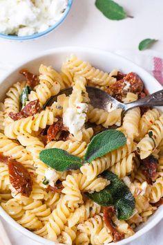Pasta mit getrockneten Tomaten, Feta und Salbei (auch als Nudelsalat)
