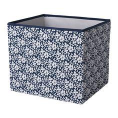 IKEA - DRÖNA, Doboz, kék/fehér virágmintás, , Az újságoktól a ruhákig mindenhez tökéletes.</t><t>A két oldalt található fogantyúknak köszönhetően könnyen kihúzható a doboz.