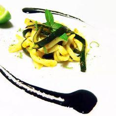 Tagliatelle di seppia grigliate, con zucchine e salsa al nero acidulata Wok, I Love Food, Pasta, Risotto, Curry, Olympus, Digital Camera, Ethnic Recipes, Curries
