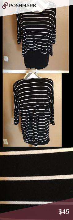 "WHBM 3/4 Sleeve Black and and White Hi/Low Tunic WBHM 3/4 Black and White Hi/Low Tunic is awesome with leggings and just a little info... I'm 5'3"" and I got away with wearing as a dress with boots and tights in the winter 🙄❤️ White House Black Market Tops Tunics"