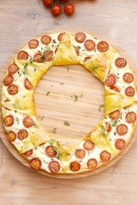 Puffed crown cherry goat and mustard tomatoes Potluck Recipes, Pizza Recipes, Apple Rose Pastry, Pizza Cake, Cheese Tarts, Summer Dishes, Low Carb Pizza, Hummus Recipe, Rolls Recipe