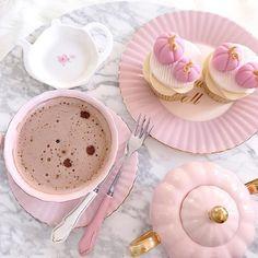 pink, cupcakes, and pumpkin image Pink Halloween, Halloween Cupcakes, Glace Fruit, Deco Rose, Rose Pastel, Pink Pumpkins, Pumpkin Cupcakes, Girly, Chocolate Cupcakes