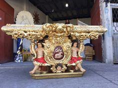 Altar de estilo barroco tallado en madera de cedro y terminado en hoja de oro por Oscar Vieyra