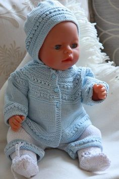 Baby Knitting Patterns Baby born is a very applicable doll that fits most of Malfri… Baby Cardigan Knitting Pattern, Baby Hats Knitting, Knitting For Kids, Baby Knitting Patterns, Baby Patterns, Knitting Dolls Clothes, Crochet Doll Clothes, Doll Clothes Patterns, Crochet Doll Dress
