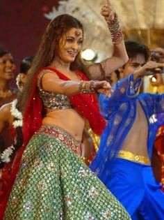 "Aishwarya performing her ""Kajrare"" track"