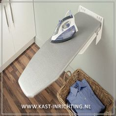 Deze strijkplank is geschikt voor montage aan de wand. De strijkplank is inklapbaar en 180 graden traploos draaibaar. De strijkplank wordt geleverd inclusief wit/grijs gestreepte hoes. Afmeting st...