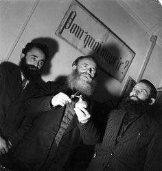 Robert Doisneau - Occultisme Le culte de l'oignon, pourquoi mourir ? 1949
