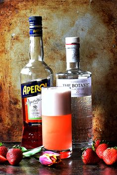 This light, gin-based cocktail is a delicious variation on a classic giz fizz. Make it for your next summer barbecue or special brunch. Gin Fizz Cocktail, Gin Cocktail Recipes, Drinks Alcohol Recipes, Alcoholic Beverages, Cocktail Drinks, Strawberry Infused Water, Frozen Strawberry Lemonade, Strawberry Sangria, Roasted Strawberries