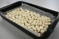 Kom fedtstof og vand i en gryde og bring det i kog. Kom melet i på en gang og rør opbagningen sammen, til den er blank og slipper gryde og ske. <BR> <BR> Tag gryden fra varmen og afkøl dejen lidt. P