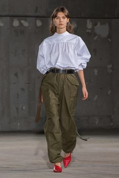 Hyke Tokyo Spring 2019 Fashion Show Collection: See the complete Hyke Tokyo Spring 2019 collection. Look 27 Runway Fashion, Trendy Fashion, Winter Fashion, Fashion Outfits, Womens Fashion, Fashion Trends, Style Fashion, Trendy Style, Mundo Fashion