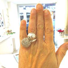 Si può portare insieme ad altri anelli creando e personalizzando i propri gioielli.