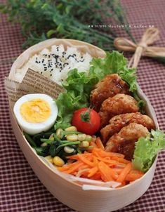 Teriyaki (grilling with soy sauce and sugar) tsukune bento, featuring hard boiled egg, spinach & corn saute, carrot kinpira, and cherry tomato Japanese Lunch Box, Japanese Food, Asian Recipes, Healthy Recipes, Nasi Goreng, Bento Box Lunch, Box Lunches, Sushi, Food Inspiration