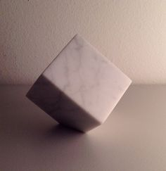Cubos, escultura de mármol blanco Carrara.
