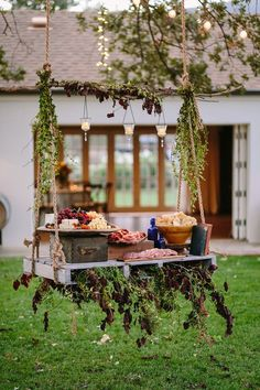 Organisez le meilleur buffet froid de mariage où chacun mange à son goût et à sa satiété grâce à nos idées très variées d'amuses bouches originaux. Plateau Style, Plateau Charcuterie, Table Palette, Table Decorations, Nature, Presentation, Furniture, Home Decor, Sushi Platter