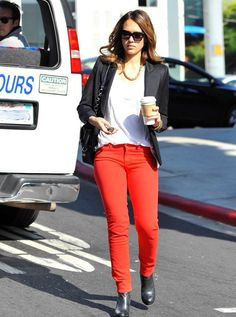 Jessica Alba rocks the colored denim trend. Jessica Alba Outfit, Starbucks, Red And Black Outfits, Red Dress Pants, Stella Mccartney Dresses, Miranda Kerr Style, Girls Casual Dresses, Wrap Dress Floral, Loose Shirts