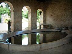 Les fontaines-lavoirs: Ray-sur-Saône: Bassin d'eau du lavoir couvert à arcades (fontaine-lavoir) - France-Voyage.com