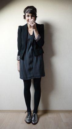 Total look noir avec petits détail léopard veste et headband cheveux