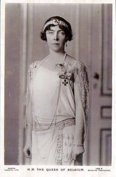 Queen Elisabeth of Belgium wearing a diamond bandeau. This tiara can be worn with two different brooches at the center.
