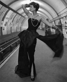 Glamour in the tube station - Barbara Goalen photographed by John French, 1954 Vogue Vintage, Vintage Fashion 1950s, Fifties Fashion, Vintage Couture, Vintage Glamour, Vintage Beauty, Retro Fashion, High Fashion, Club Fashion