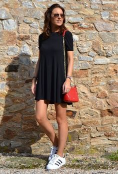 Look com tenis, adidas sneakers, dress with sneakers, outfits with converse Chic Outfits, Spring Outfits, Dress Outfits, Casual Dresses, Fashion Outfits, Fashion Trends, Outfit Vestido Negro, Casual Chic, Adidas Superstar Outfit