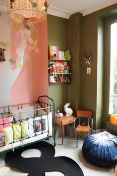 Um quarto de bebê muito charmoso com rosa e verde musgo!