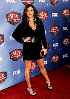 Sara Evans curvy and leggy in a black mini dress and high heels Sara Evans, Country Female Singers, Country Music Singers, Country Artists, Gretchen Wilson, Parody Songs, Martina Mcbride, Lil Black Dress, Fishing Girls