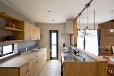 大容量の食器棚は、すべて木で造作しました。 上段・下段を分けることで、下段の天板は作業台としても活躍します。 #リビングインテリア #カフェ風インテリア #男前インテリア #木の家 #ゼスト倉敷 #ZEST倉敷 #岡山県 #注文住宅 #リノベーション #キッチン #kitchen #kitchendesign #食器棚 #カップボード Kitchen Interior, Kitchen Design, Muji Home, Japan Interior, Interior Styling, Interior Design, Natural Interior, Kitchen Dinning, Home Renovation