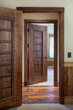 Деревянные двери межкомнатные (66 фото) - правила грамотного выбора http://happymodern.ru/derevyannye-dveri-mezhkomnatnye-64-foto-pravila-gramotnogo-vybora/ Двери из натурального дерева смотрятся богато и очень стильно Смотри больше http://happymodern.ru/derevyannye-dveri-mezhkomnatnye-64-foto-pravila-gramotnogo-vybora/