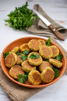 Chifteluțe de năut la cuptor - rețetă de post | Bucate Aromate Vegan Foods, Vegan Vegetarian, Guacamole, Good Healthy Recipes, Bean Recipes, Falafel, Food And Drink, Meals, Cooking