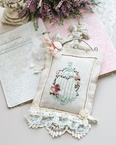 Sachet Embroidery Monogram, Rose Embroidery, Hand Embroidery Stitches, Silk Ribbon Embroidery, Machine Embroidery, Embroidery Designs, Shabby Chic Crafts, Crochet Quilt, Brazilian Embroidery