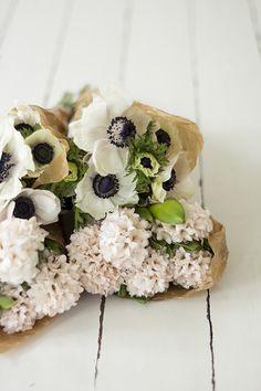 Anemone and poppy bouquet. My Flower, Fresh Flowers, Beautiful Flowers, Flower Crown, White Flowers, Flowers Nature, Draw Flowers, Unique Flowers, Gardens