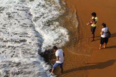 """Familia en Galle Face Green. Conoce más en nuestro #artículo: """"Una Tarde Local en Colombo: Galle Face Green"""". #SriLanka #Colombo #Blog #TravelBlog #BlogDeViajes #SLinMyEyes"""
